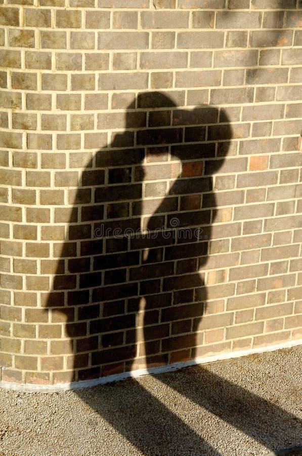 Mann, der eine Frau küßt lizenzfreies stockfoto