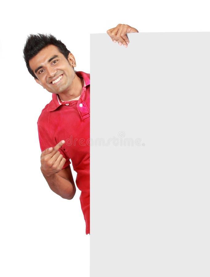 Mann, der eine große unbelegte Karte anhält stockfotos