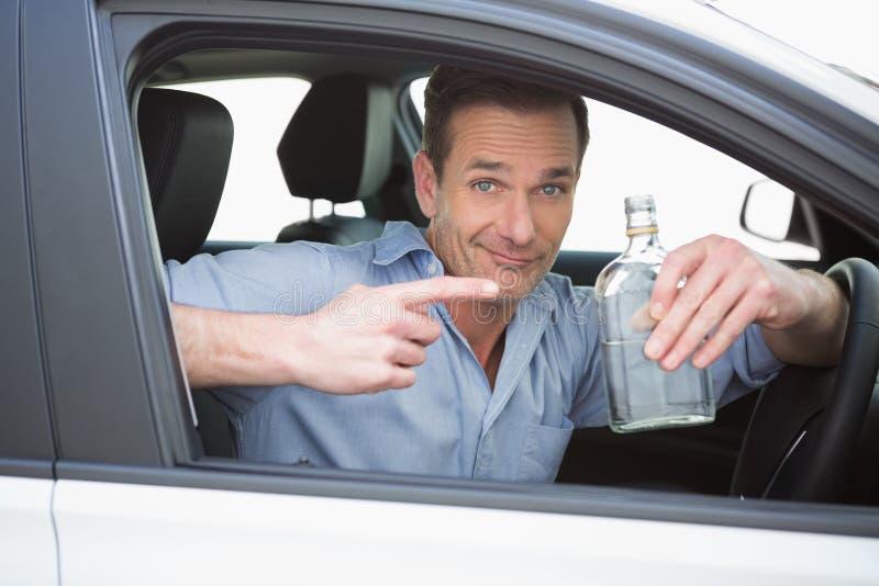 Mann, der eine leere Flasche Wodka zeigt lizenzfreie stockfotos