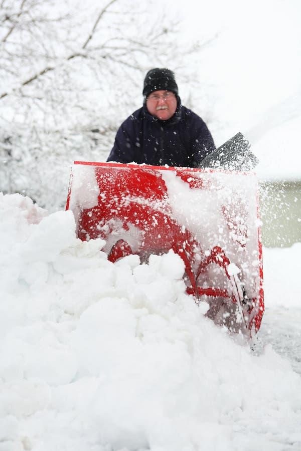 Mann, der eine Schneekanone verwendet stockfotos
