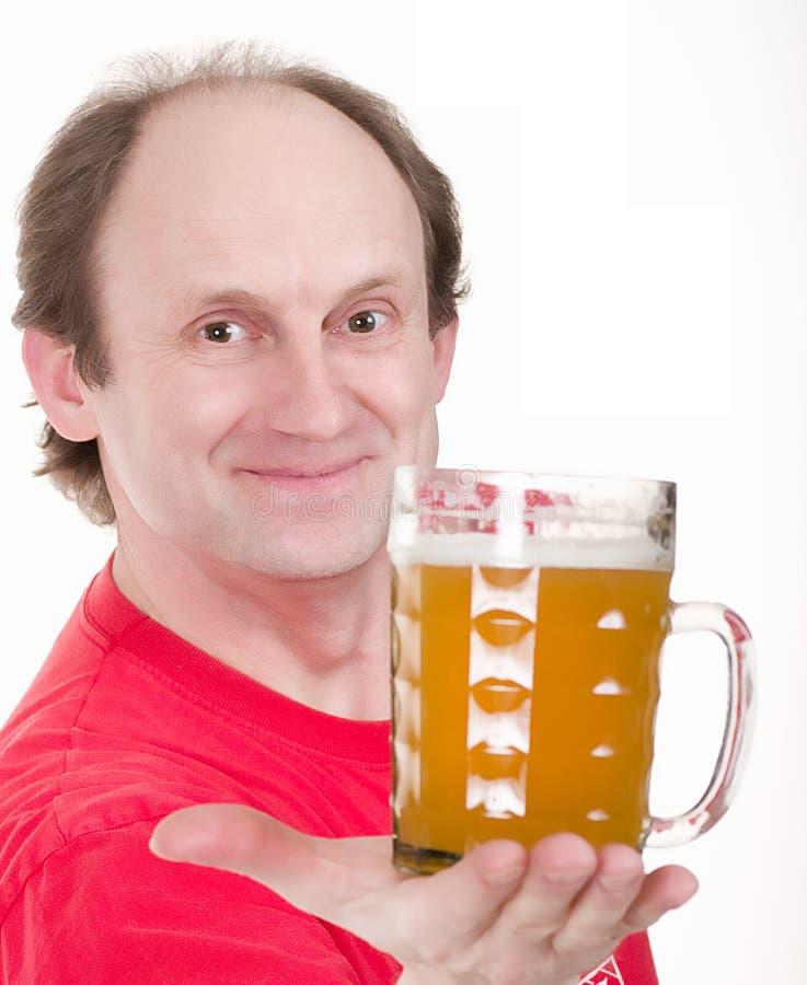 Mann, der einen Bierbauch anhält stockfoto