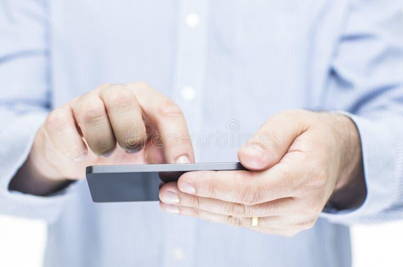 Mann, der einen Bildschirm- Handy betreibt stockfotografie