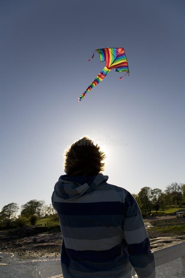 Mann, der einen Drachen fliegt stockfotografie