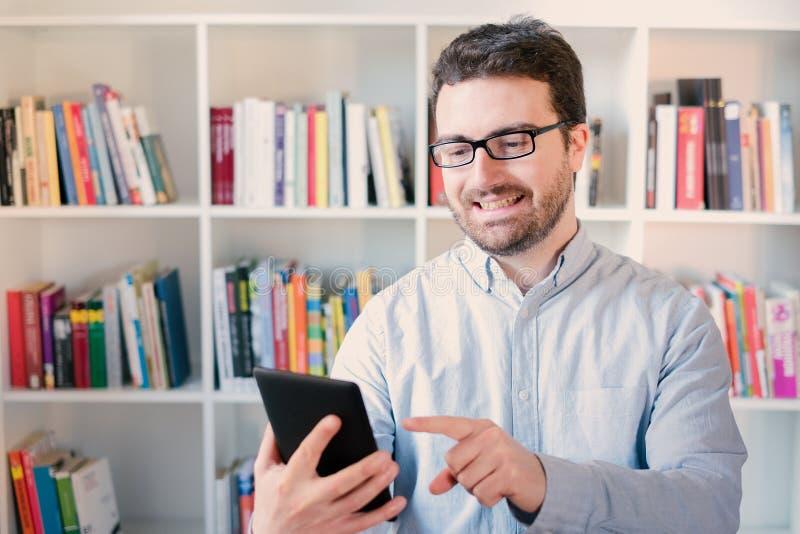 Mann, der einen eBook Leser in den Händen hält stockfotografie