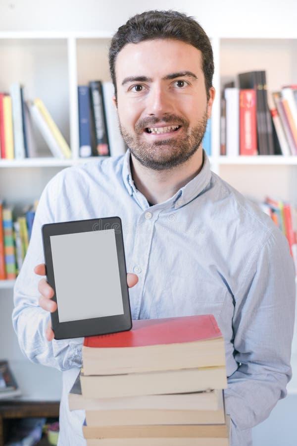Mann, der einen eBook Leser in den Händen hält stockfotos