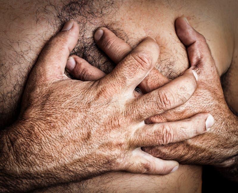 Mann, der einen Herzinfarkt erleidet lizenzfreies stockfoto