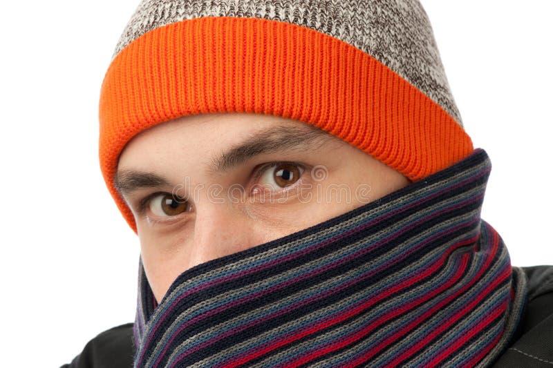 Mann, der einen Hut und einen Schal trägt lizenzfreie stockfotos