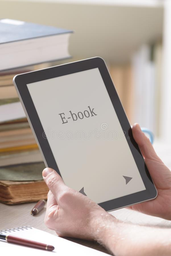 Mann, der einen modernen ebook Leser hält stockbild