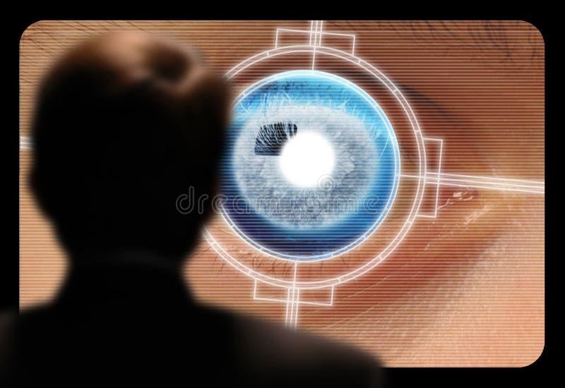 Mann, der einen Netzhautaugenscan auf einem Videomonitor ansieht lizenzfreies stockfoto
