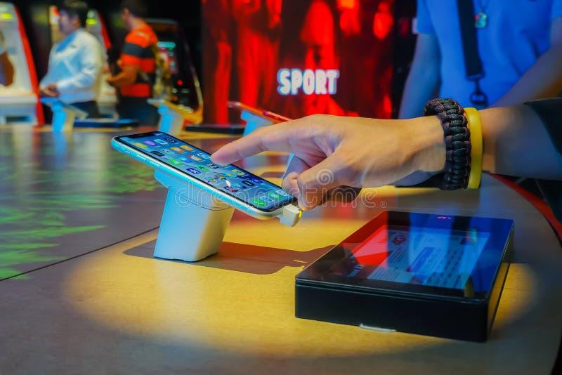 Mann, der einen neuen Handy in einem wahren Geschäftsfokus an einem intelligenten Telefon wählt lizenzfreie stockbilder