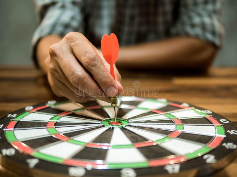 Mann, der einen Pfeil in die Mitte, Geschäftskonzept, Zielkonzept hält stockbild
