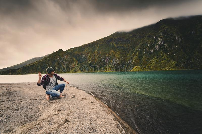 Mann, der einen Stein wirft lizenzfreie stockbilder