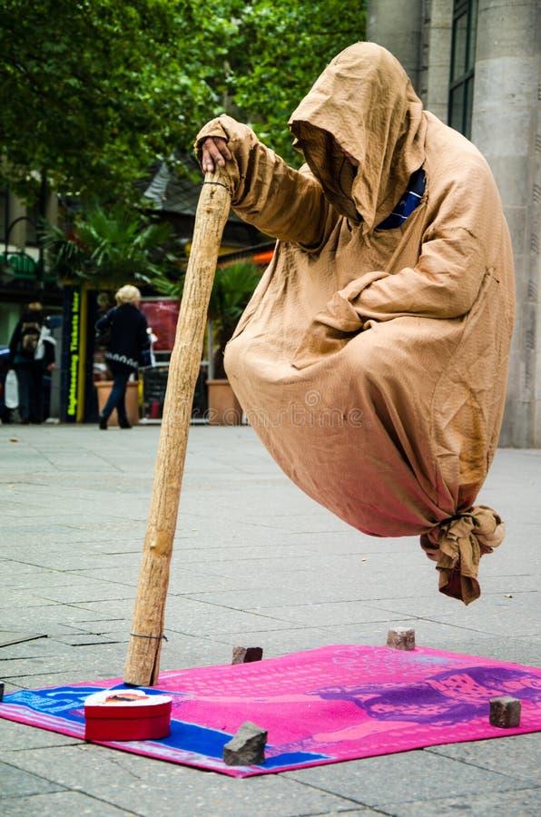Mann, der in einer Luft sitzt stockbilder