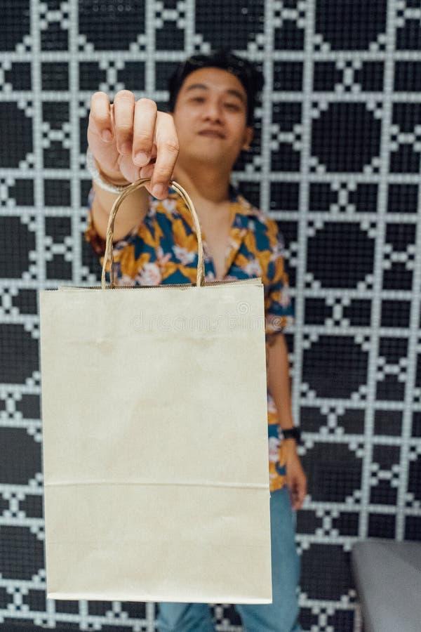 Mann, der Einkaufstasche h?lt lizenzfreie stockfotografie