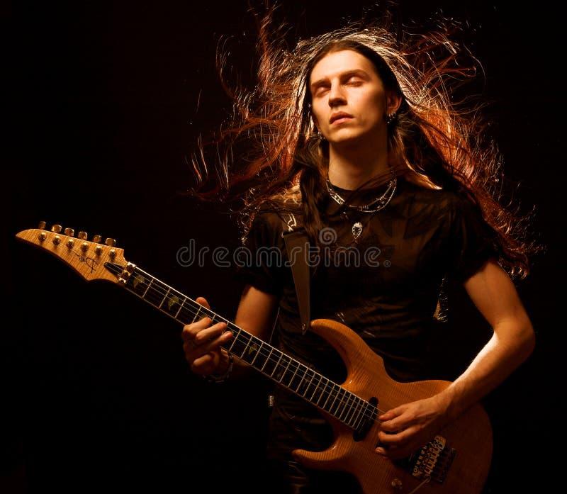 Mann, der elektrische Gitarre spielt lizenzfreies stockbild