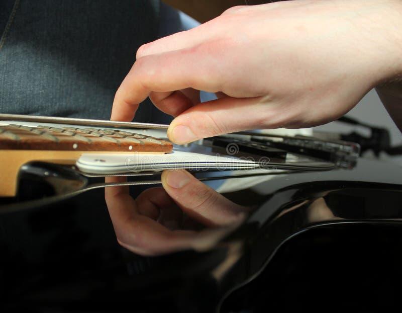Mann, der elektrische Gitarre spielt stockfotografie