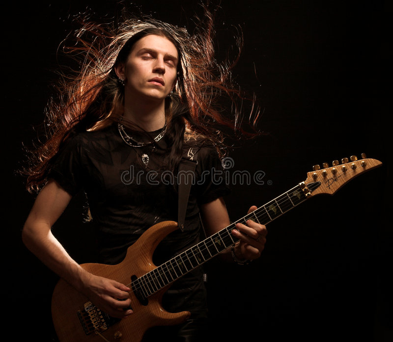 Mann, der elektrische Gitarre spielt lizenzfreie stockfotos
