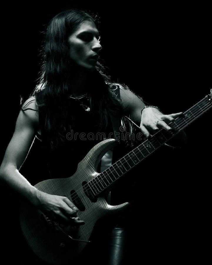 Mann, der elektrische Gitarre spielt lizenzfreie stockbilder