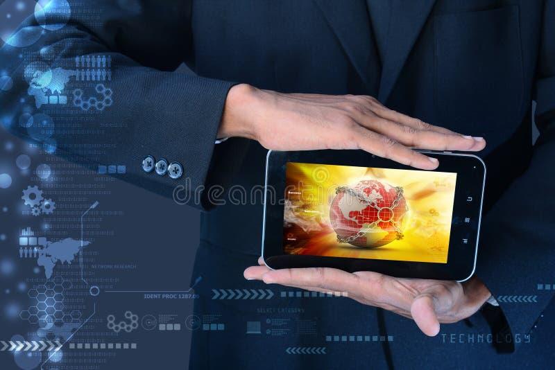 Mann, der Erdkugelabschluß in der Kette im Tablet-Computer zeigt stockbild