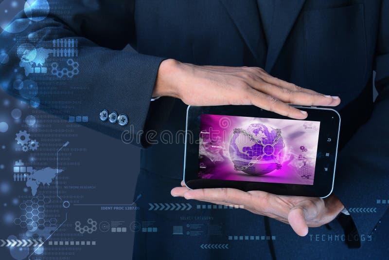 Mann, der Erdkugelabschluß in der Kette im Tablet-Computer zeigt stockfotos