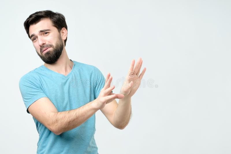Mann, der erschrockene Geste mit seinen Palmen macht, als ob versuchend, sich zu verteidigen stockfotos