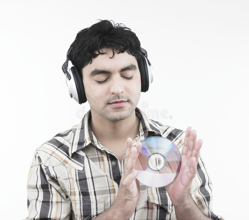 Mann, der etwas Musik hört stockbild