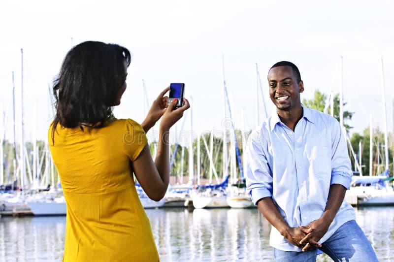 Mann, der für Abbildung nahe Booten aufwirft lizenzfreie stockbilder