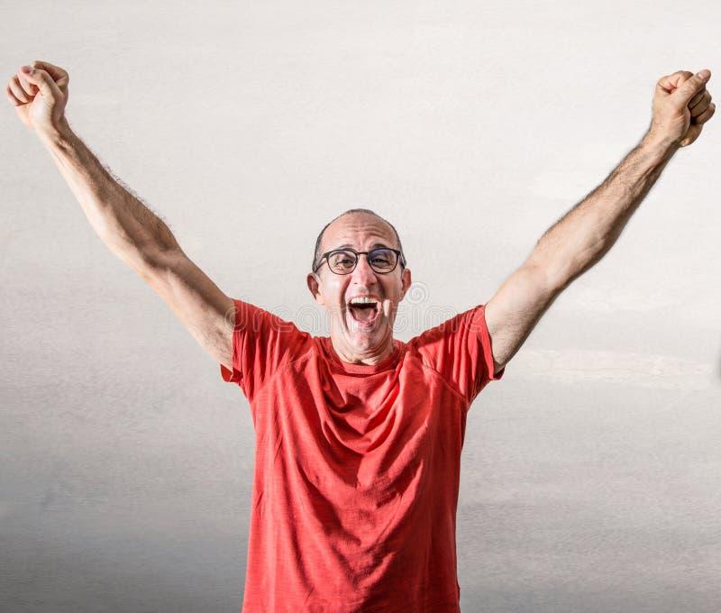 Mann, der für eine große Freude sich freut lizenzfreie stockfotografie