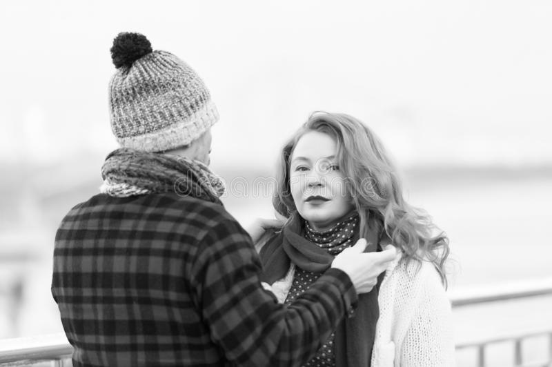 Mann, der für Frau auf Straße sich interessiert Mannbehandlungsschwarzschal auf Frau Rougefrau mit grauem Schal stockbilder