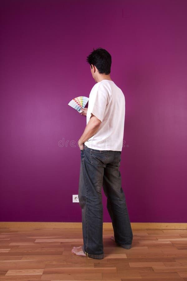 Mann, der Farbe wählt stockfoto