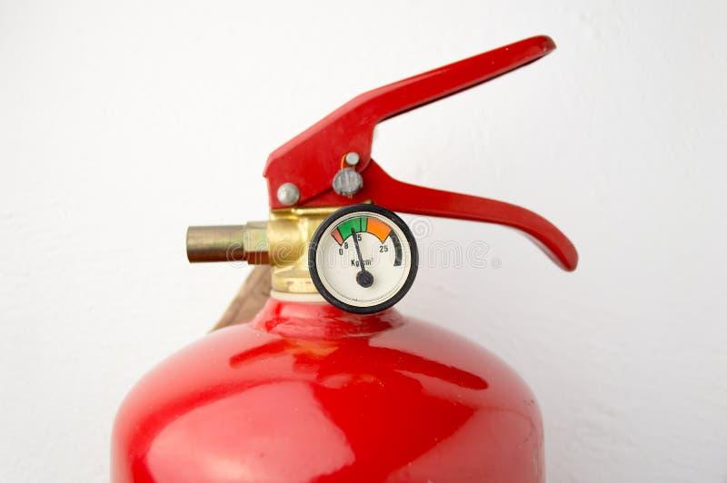 Mann, der Feuerlöscher überprüft lizenzfreies stockbild
