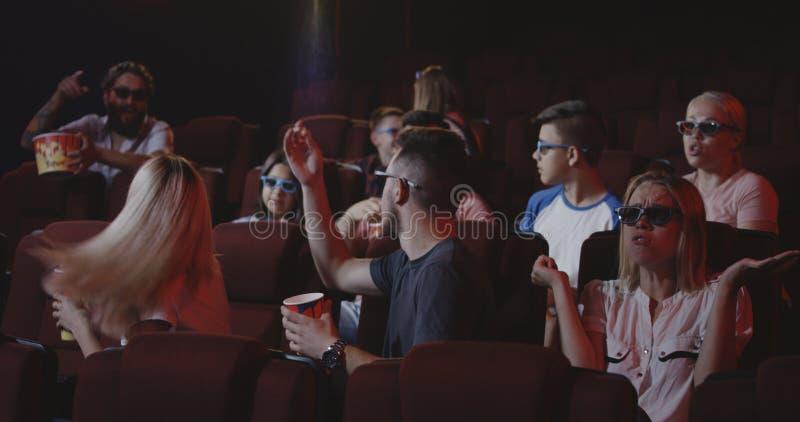 Mann, der Film für andere Kinogänger im Kino verdirbt stockbilder