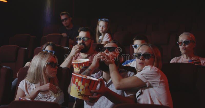Mann, der Film für andere Kinogänger im Kino verdirbt lizenzfreies stockfoto