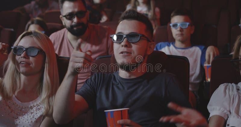 Mann, der Film für andere Kinogänger im Kino verdirbt stockfoto