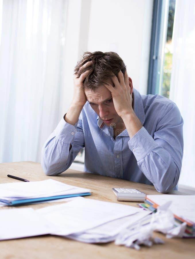 Mann in der finanziellen Belastung lizenzfreie stockbilder