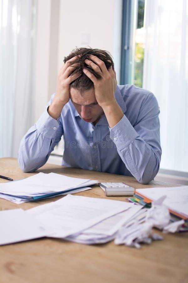Mann in der finanziellen Belastung lizenzfreies stockfoto