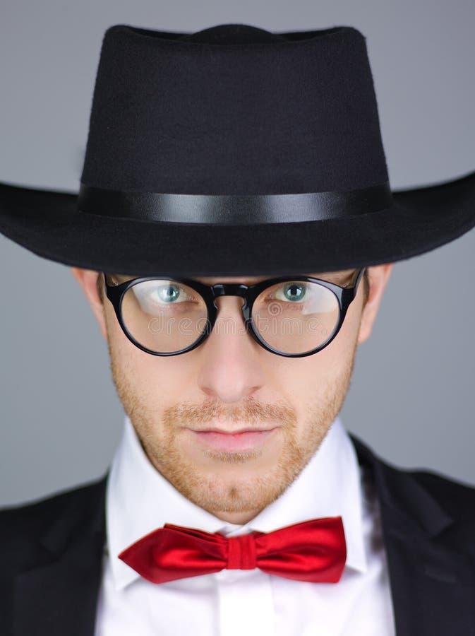 Mann in der formalen Jacke mit Hut stockfotos