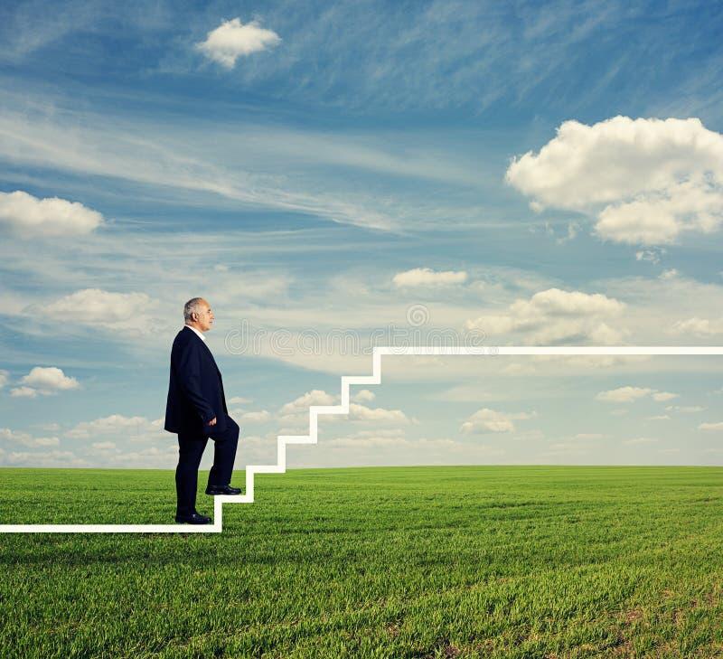 Mann in der formellen Kleidung die Treppe steigernd lizenzfreie stockfotografie