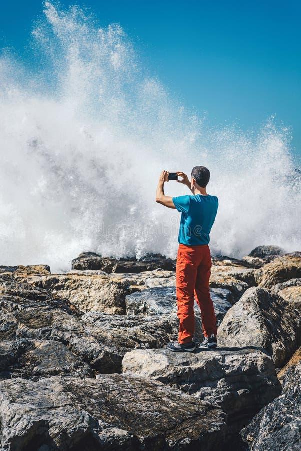 Mann, der Fotos in dem Meer macht lizenzfreie stockfotos