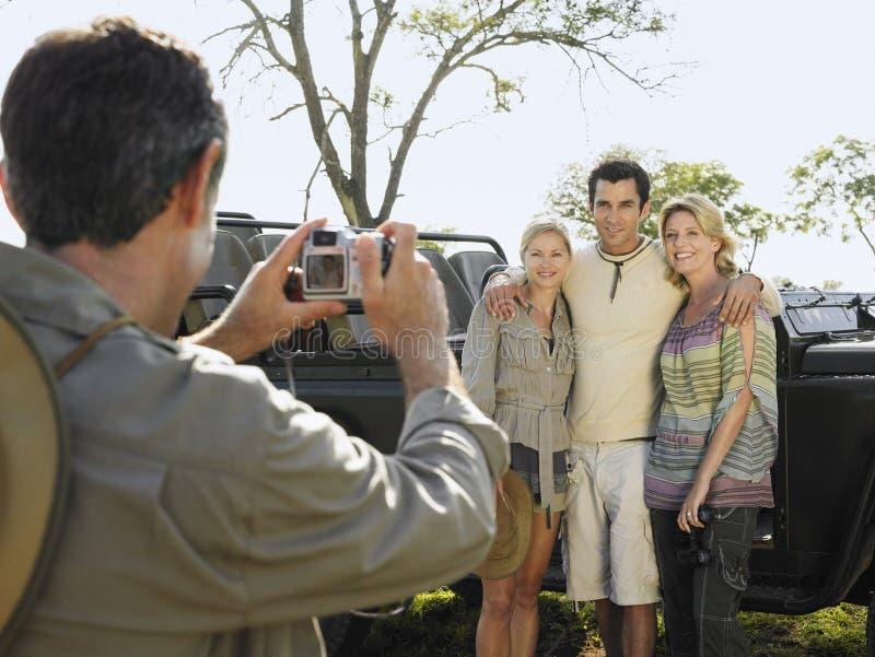 Mann, der Freunde durch Jeep fotografiert lizenzfreies stockfoto