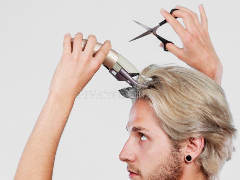Mann, der geht, sein langes Haar zu rasieren lizenzfreie stockfotografie