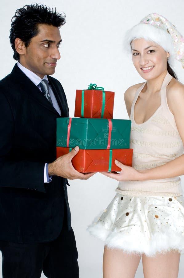 Mann, der Geschenke erhält lizenzfreie stockbilder