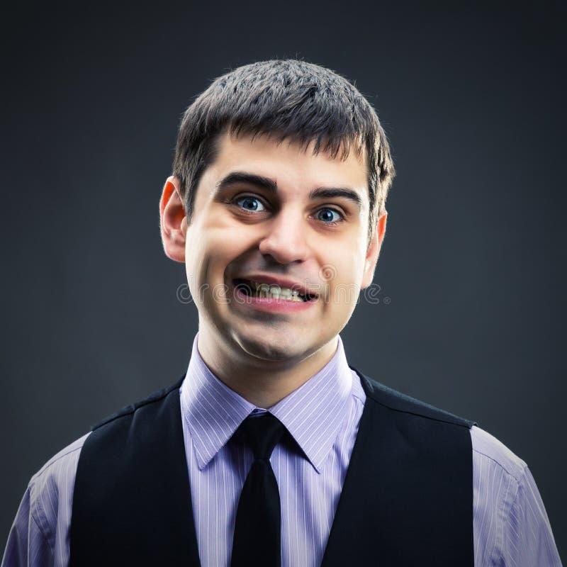 Mann, der Gesichter macht lizenzfreie stockfotografie