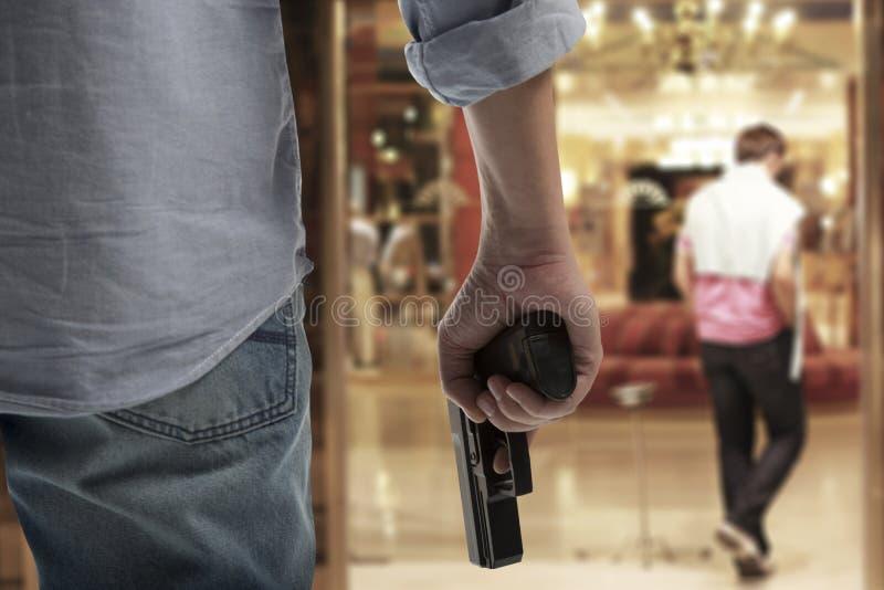 Mann, der Gewehr hält lizenzfreies stockfoto