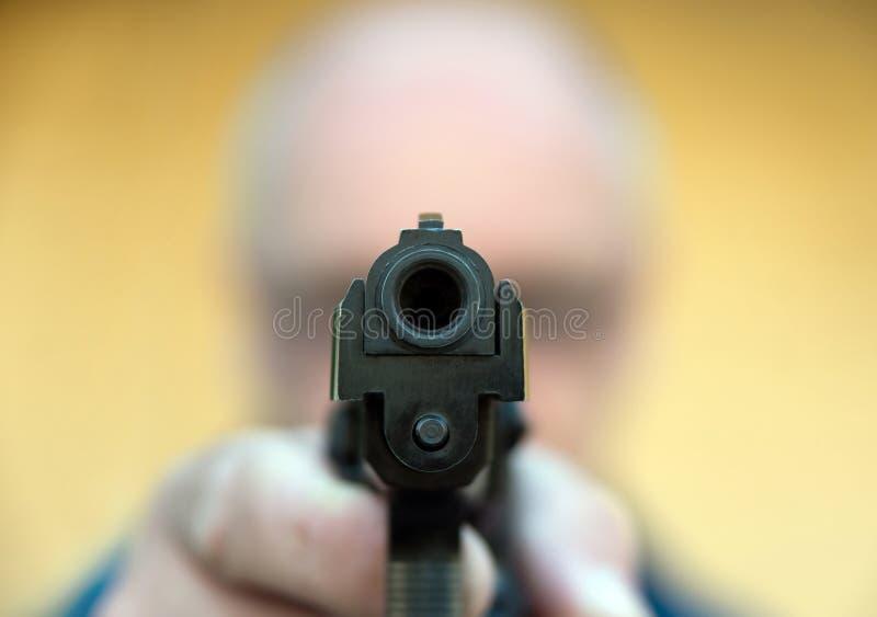 Mann, der Gewehr zielt lizenzfreies stockbild