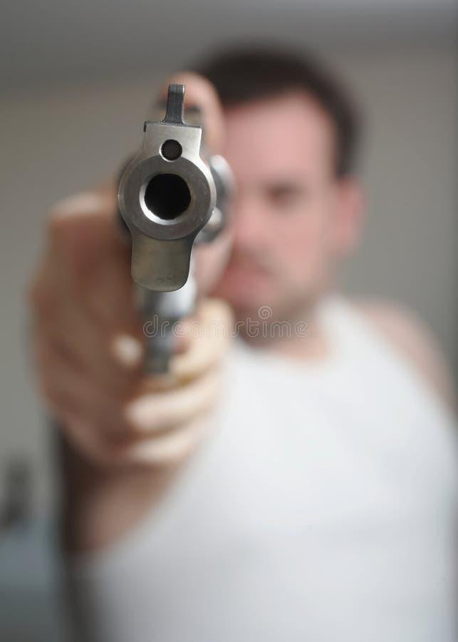 Mann, der Gewehr zielt stockbild