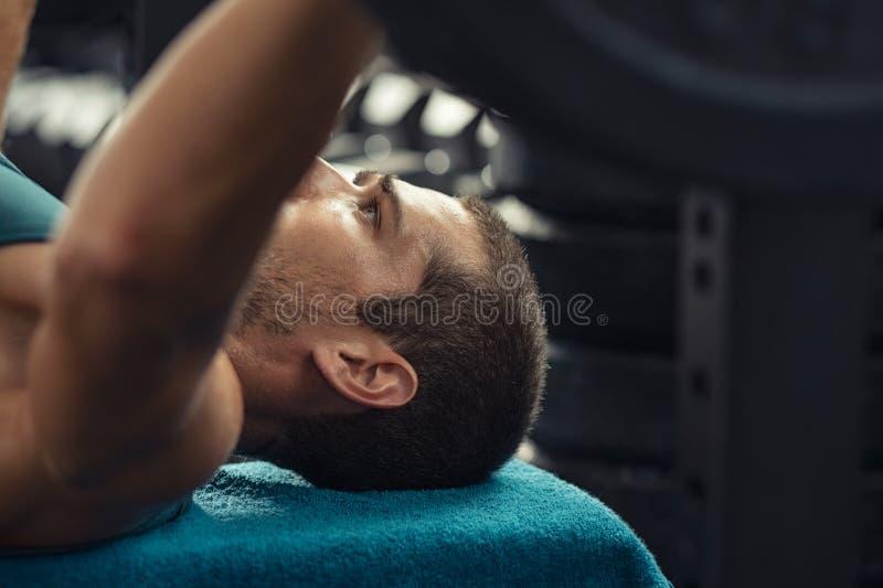 Mann, der Gewichtsaufzug mit Barbell tut stockfotos