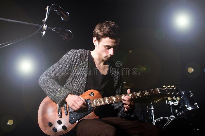 Mann, Der Gitarre Spielt Stockfoto