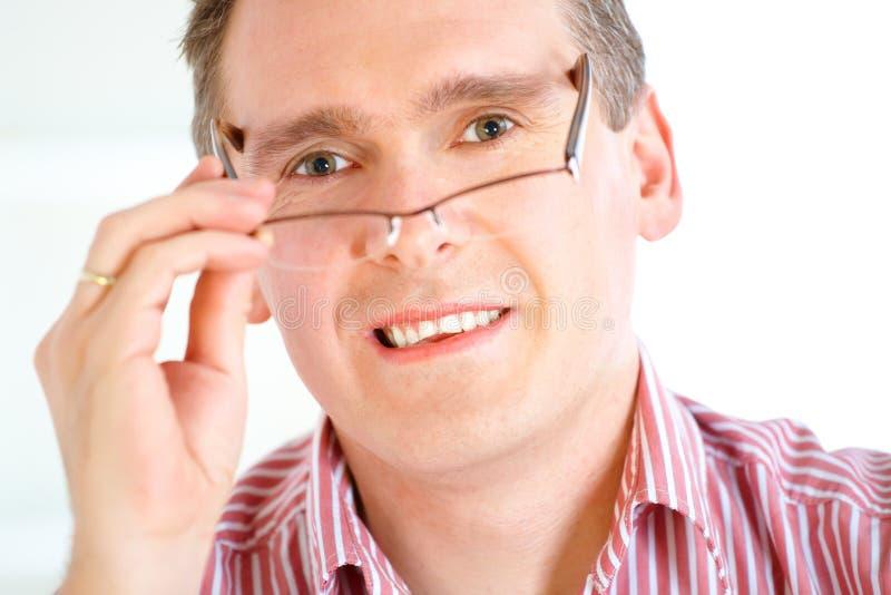 Mann, der Gläser entfernt lizenzfreie stockfotos