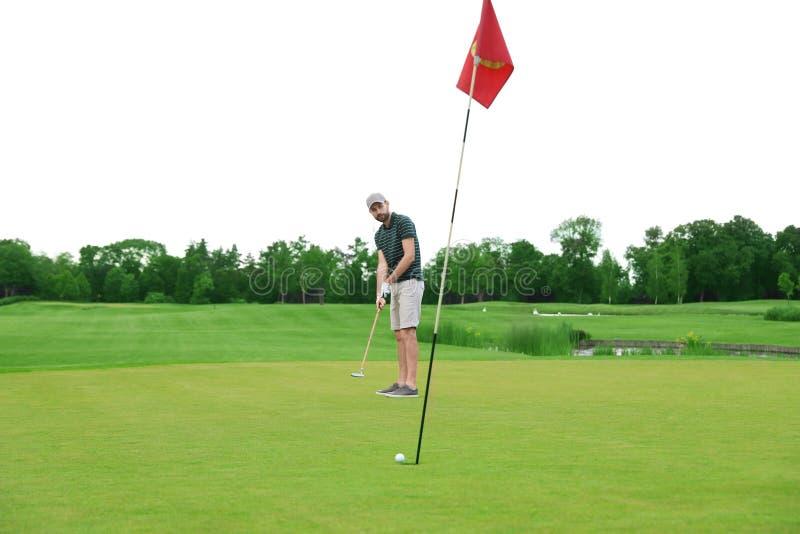 Mann, der Golf auf gr?nem Kurs spielt Sport und lizenzfreie stockbilder